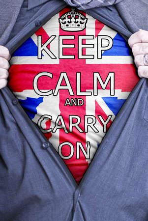 slogan: Un hombre de negocios brit�nico abrir rasga su camisa y muestra un eslogan pegadizo impreso en una camiseta