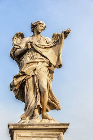 Un angelo statua vicino al Castel Sant Angelo situato nella capitale Italien di Roma.
