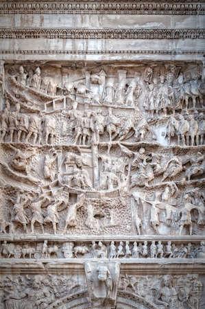 L'arco di Tito è un arco honorificato del 1 ° secolo situato sulla Via Sacra di Roma, a sud-est del Foro Romano.