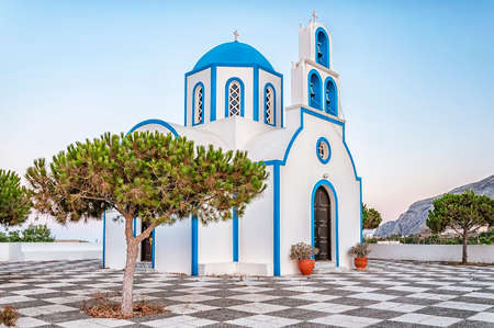 One of the many blue domed churches that adorn the greek island of santorini. Фото со стока - 72608931