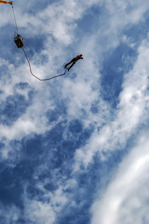 A male action sports thrill seeker jumping from a bungee platform. Фото со стока - 118229051