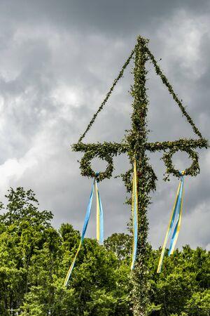 在索菲埃尔城堡的仲夏节日在赫尔辛堡附近的瑞典与灰色天空接近。