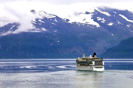 Cruise ship in Glacier Bay 版權商用圖片 - 26085594