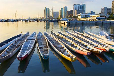 rust red: Barcos en la bah�a de manila, Filipinas del drag�n de las Marinas de guerra filipinas