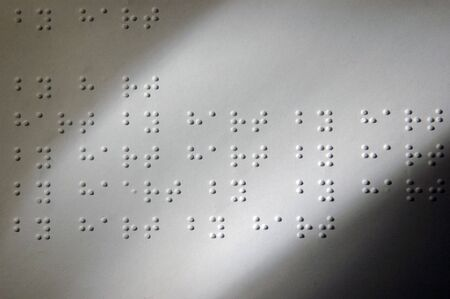 Papier met tekst in braille