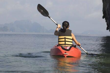 ocean kayak: Mujer en un kayak