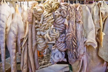 organos internos: Diversos �rganos internos de un buey se vende en un mercado de Filipinas mojado  Foto de archivo