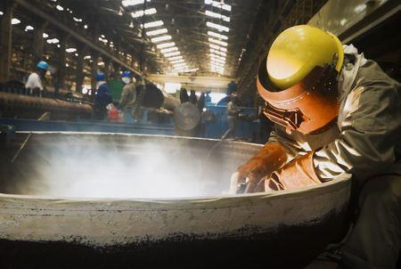 soldadura: Hombres soldador se centr� en trabajo en f�brica