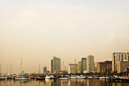 ports: Tramonto a Baia di Manila, Filippine; yacht e barche a vela ancorate