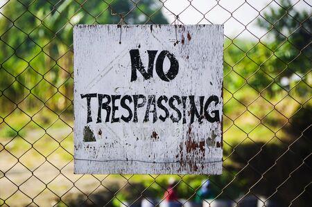 no trespassing: Close up de No Trespassing se�alizaci�n sobre cable de cicl�n