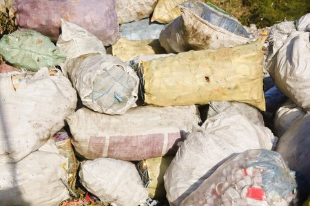 Sacchi e sacchetti di rifiuti in una discarica  Archivio Fotografico - 7335250