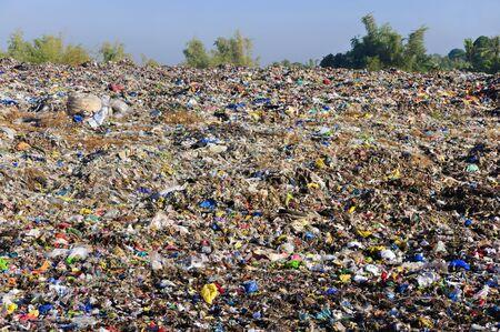 najechać: Morze garbage rozpoczyna siÄ™ do wnikania i zniszczyć dekoracje piÄ™kna krajobrazu