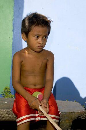 niño sin camisa: Chico sin camisa de squatter están en Filipinas