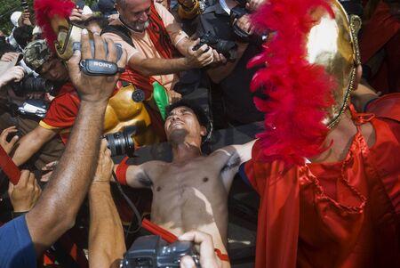 kruzifix: Teilnehmer der Senakulo in Cutud, San Fernando, Pampanga auf den Philippinen, wo sie dramatisieren die Passion Jesu Christi. Die Veranstaltung wird von Live-Kreuzigungen von Männern hervorgehoben. Dies ist eine jährliche Karwoche Ritual in Barangay Cutud, San Fernando, Pa