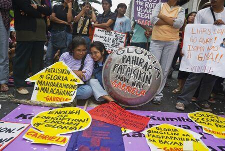 zeugnis: Tausende von Filipinos aus verschiedenen Branchen gingen, Makati City, des Landes zentralen Business-Distrikt, und forderten den R�cktritt von Pr�sidentin Gloria Macapagal Arroyo nach die Enth�llungen Kronzeuge Jun Lozada �ber angeblich Schmiergelder