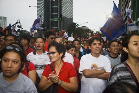 zeugnis: Tausende von Filipinos aus verschiedenen Sektoren trooped zu Makati City, des Landes Central Business District, und forderten den R�cktritt von Pr�sidentin Gloria Macapagal Arroyo nach den Enth�llungen des Kronzeugen Juni Lozada �ber angebliche Schmiergeldzahlungen Editorial