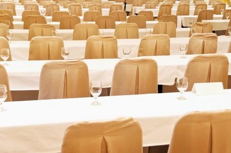 delegates: File di sedie da conferenza e tavoli per i delegati