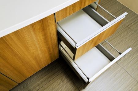 cajones: Abrir y vaciar cajones de la cocina dispararon desde arriba Foto de archivo