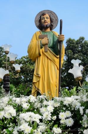 procession: Estatua de San Jos�, rodeado de flores y luces durante una procesi�n Foto de archivo
