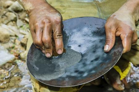 Nahaufnahme der Hände, Goldwaschen in einem Fluss Standard-Bild