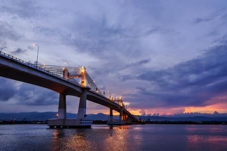 Magic hour bridge in Cebu City, Philippines Imagens