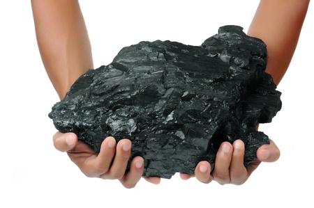 carbone: un grosso pezzo di carbone � tenuto con due mani isolato su sfondo bianco