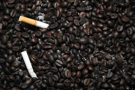 neutralizować: kawa jak popielniczka neutralizacji dymu papierosowego Zdjęcie Seryjne