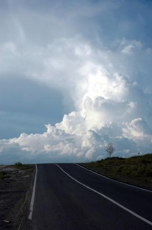 en mont�e: route en mont�e menant au nuage bleu