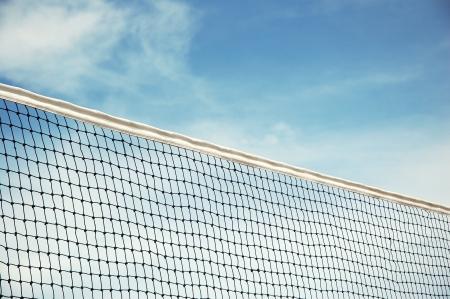 pelota de voley: net de voleibol de playa con fondo de cielo azul