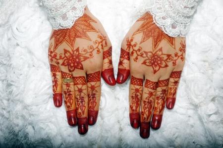 alzando la mano: La henna en las manos de la novia de la boda de Indonesia