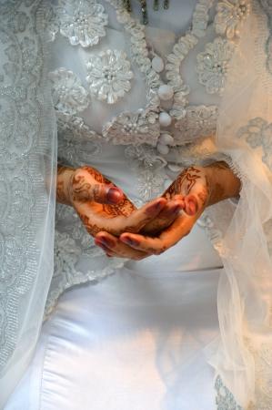Henna En manos de la novia de la boda de Indonesia Foto de archivo - 19110853