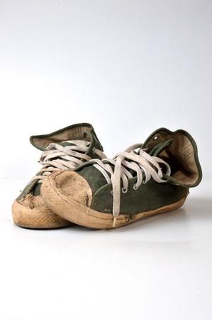 Viejos usados ??zapatillas verdes sobre fondo blanco Foto de archivo - 20003765