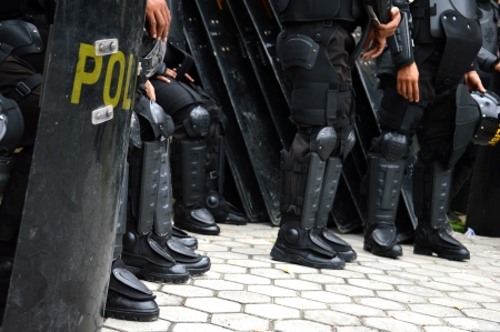 Escudos y porras antidisturbios custodian Foto de archivo - 22879813