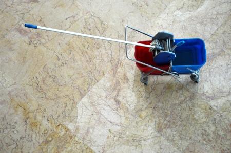 Draufsicht von roten und blauen Mopp Etagen Standard-Bild - 23344639