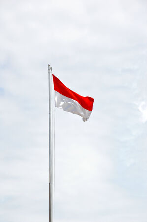 Bandera de Indonesia contra el cielo azul Foto de archivo - 26227245