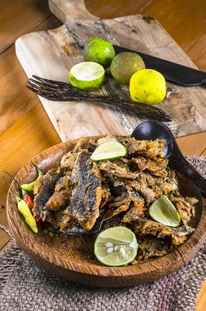 snake head fish: Bette balla bolong Rakko un contorno tradizionale indonesiano viene essiccato frittura di pesce testa di serpente schiacciato e mescolato con peperoncino e limone
