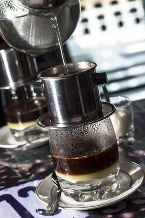 Kaffee tropft in vietnamesischen Stil in einem Café Standard-Bild - 40327009
