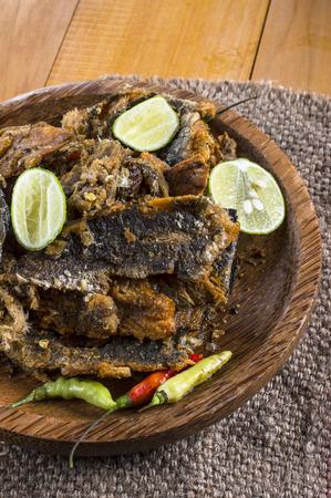 snake head fish: Bette balla bolong Rakko, un contorno tradizionale indonesiana, viene essiccato frittura di pesce testa di serpente schiacciato e mescolato con peperoncino e limone