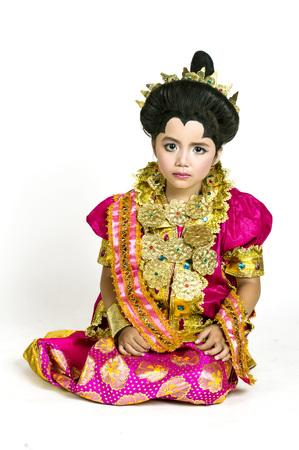 identidad cultural: Niña asiática llevar vestidos tradicionales Bugisnese en lanzamiento del estudio