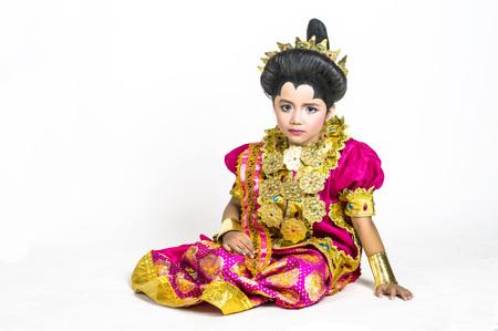 identidad cultural: Ni�a asi�tica llevar vestidos tradicionales Bugisnese en lanzamiento del estudio