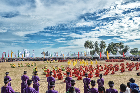 colossal: TARAKAN, INDONESIA - DEC 27 : colossal dance on the decrease procession of  Padaw Tuju Dulun boat to sea at event Iraw Tengkayu festival on Dec 27, 2015 at Amal Beach Tarakan, Indonesia
