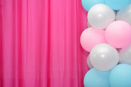 Marco de los globos de color rosa sobre fondo blanco cortina