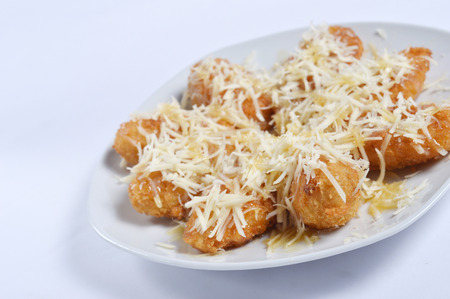 queso rallado: crujientes plátanos fritos con queso rallado