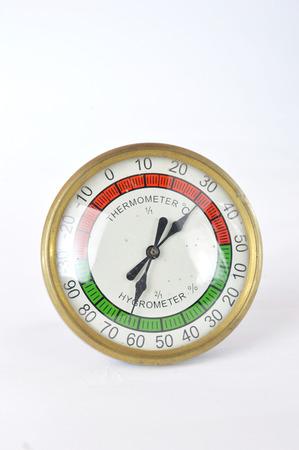 pluviometro: un termómetro y un higrómetro en el fondo blanco
