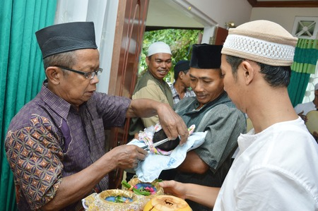 sacrifices: TARAKAN, INDONESIA. 26th Apr 2016. the ulema and elders of the hair on the baby and then give good wishes