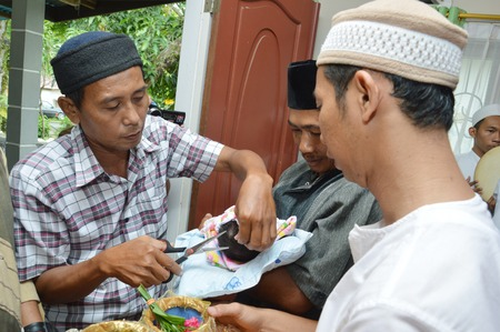 good wishes: TARAKAN, INDONESIA. 26th Apr 2016. the ulema and elders of the hair on the baby and then give good wishes