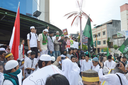 outraged: Tarakan, Indonesia 4 November 2016 ; a peaceful protest by Muslim organizations Namely Alliance Muslim of Tarakan City and the Muslim Students Association of  Tarakan City, related cases Governor of Jakarta, Ahok who is alleged to have outraged the holy b Editorial