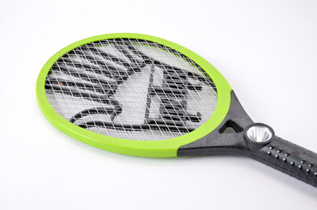 fumigador: Raqueta eléctrica mosquito asesino sobre fondo blanco
