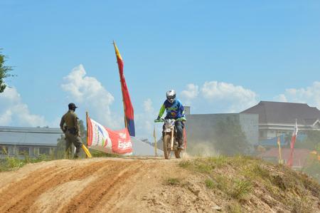 TARAKAN, INDONESIÃ‹ - MEI 13, 2017,: Grasstrack & Enduro Race Mayor Cup Seizoen 3 Kejurprov Tarakan 2017 serie bij MAKO Brimob circuit Tarakan City, INDONESIÃ‹