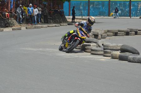 TARAKAN, INDONESIA. 20th May 2017. Motoprix national championship oin the non-permanent circuit Datu Adil Tarakan Stadium Stok Fotoğraf - 80296961